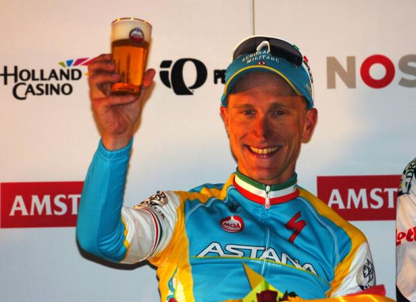 Enrico Gasparotto dopo aver vinto la sfida del Prosecco brinda con una birretta